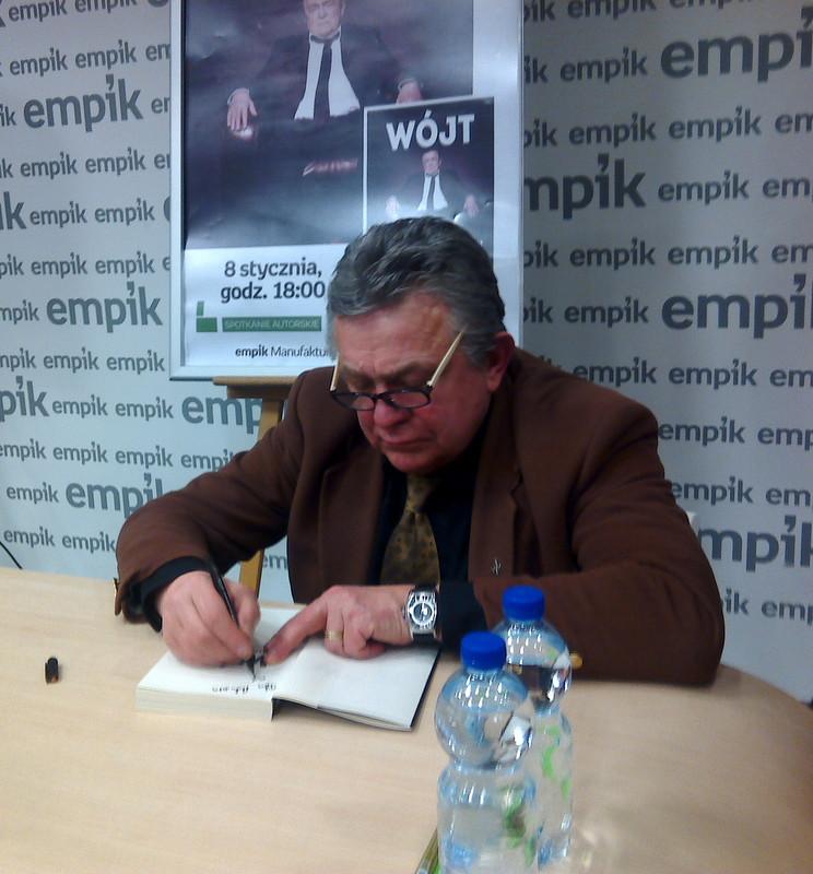 Wojcik_podpisuje